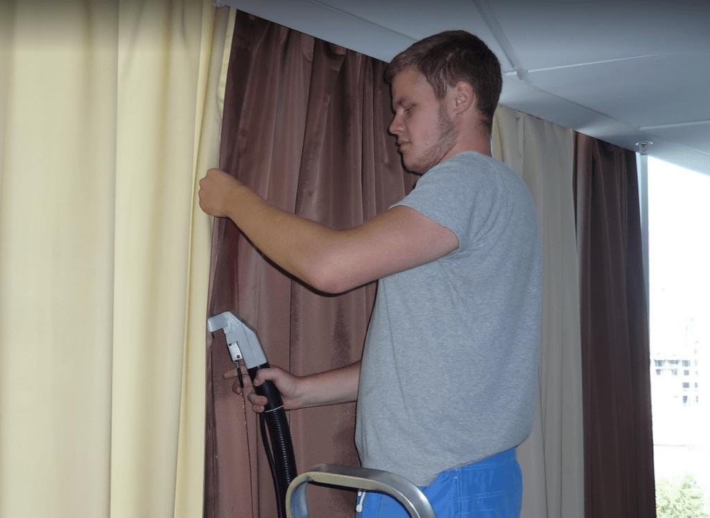 Работа мастера химчистки штор
